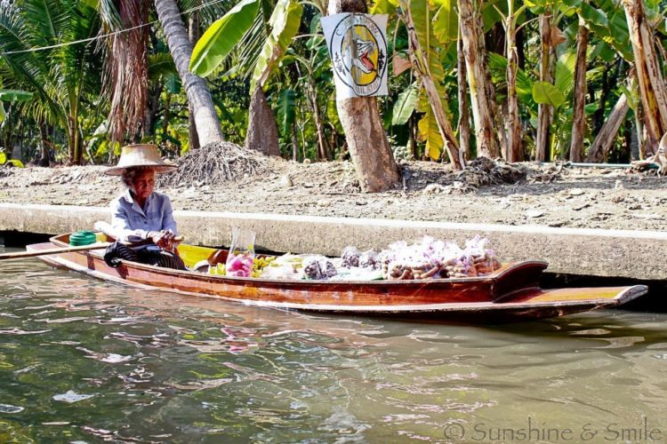 The Floating Market in Thailand 4