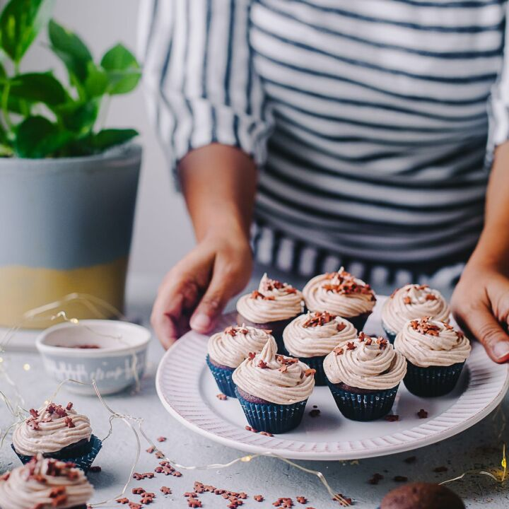 Gingerbread Chocolate Mini Cupcake with Cinnamon Buttercream Frosting | Playful Cooking #cupcakes #gingerbread #cupcakes #buttercream #foodphotography