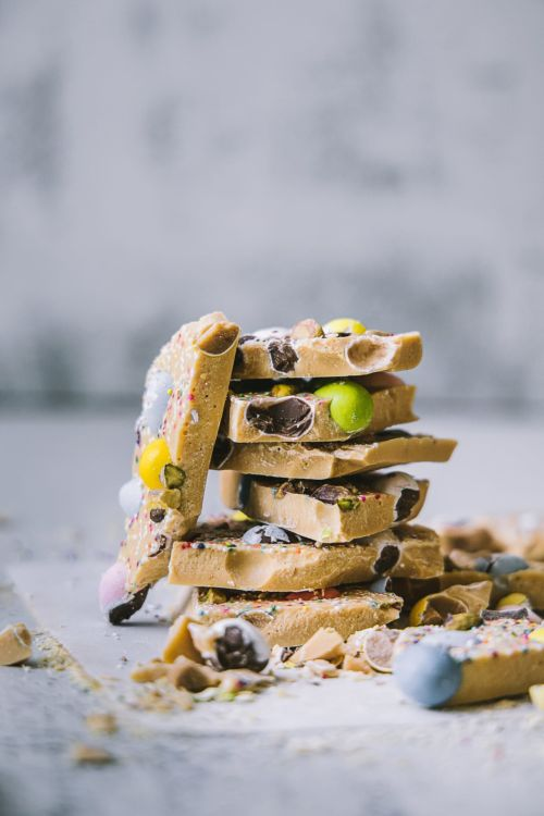 Caramelized white chocolate bark! Fun to try with kids #playfulcooking #chocolate #bark #caramelized #whitechocolate #easy #dessert #easter #treat