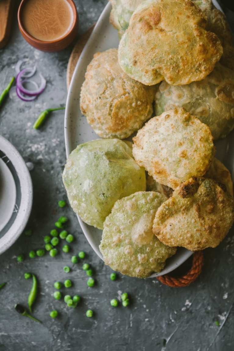 This is a classic Bengali stuffed deep fried bread recipe.